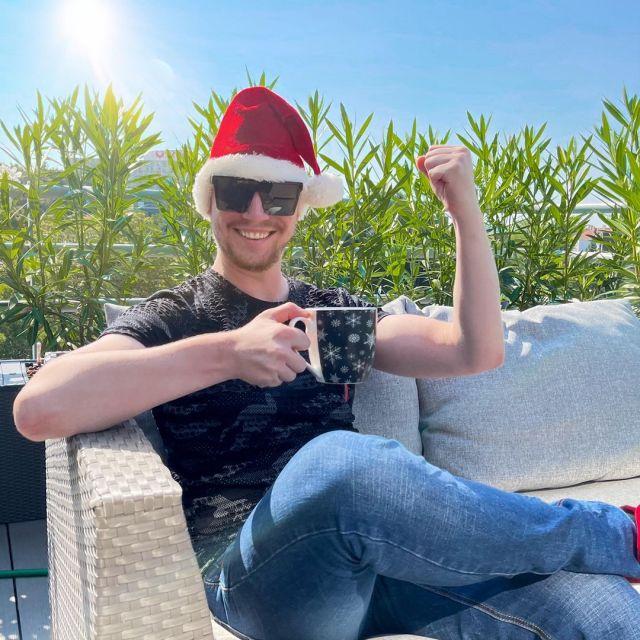 Már csak 1️⃣0️⃣0️⃣ nap van karácsonyig! 🎄🎅🎁 @kiraly_david_  a napos idő ellenére is ünnepi hangulatban van. A szemfülesek már az első karácsonyi dalt is hallhatták adásban! 😉 Ti is így várjátok már? ❄️